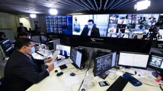 Senado aprova projeto de combate a notícias falsas; texto vai à Câmara